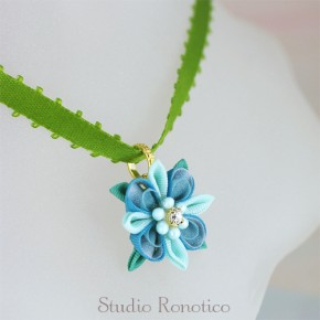 絹のお花のリボンチョーカー*。つまみ細工のネックレスbl