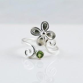 ペリドット お花のデザインリング