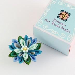 手染めシルクのつまみ細工 お花の帯留め ブルー